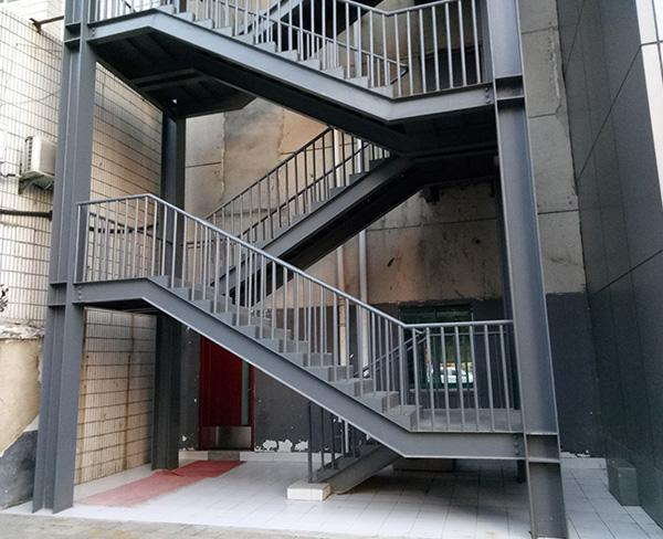 常见的样式有钢架直梯,钢结构圆弧楼梯,双跑楼梯,多跑楼梯,双份转角